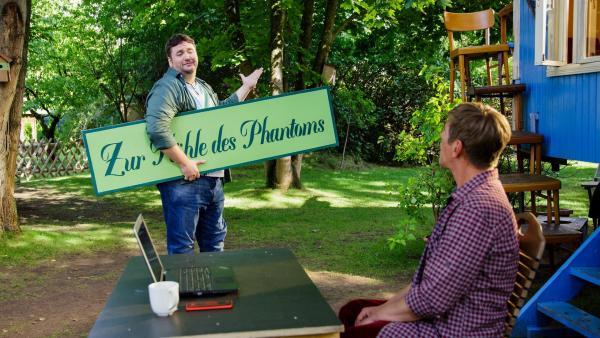 David Paschulke (Daniel Zillmann, l.) kommt zu  Fritz Fuchs (Guido Hammesfahr, r.), um ihn von der neuen Geschäftsidee für sein Waldcafé zu begeistern. In der Nähe des Cafés treibt sich ein Phantom herum - wenn das nicht ein Anziehungspunkt wird. | Rechte: ZDF/Andrea Hansen