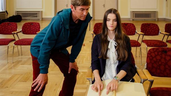 Fritz Fuchs (Guido Hammesfahr) lässt sich von Selina (Emilie Neumeister) zeigen, wie man mit der Braille-Schrift Noten lesen kann, ohne etwas zu sehen. | Rechte: ZDF/Andrea Hansen
