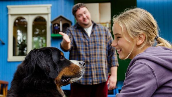 Wo steckt Fritz? Jedenfalls behauptet David Paschulke (Daniel Zillmann) seiner Schwester Kim (Lina Hüesker) gegenüber, dass er den Bauwagen bewohnt und dass Keks sein Hund sei. Die umweltbewusste Kim ist vom Bauwagen beeindruckt. | Rechte: ZDF/Andrea Hansen