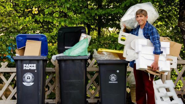 Fritz Fuchs (Guido Hammesfahr) wohnt unfreiwillig im Haus des Nachbarn. Der hat riesige Berge von Müll und Abfall. | Rechte: ZDF/Andrea Hansen