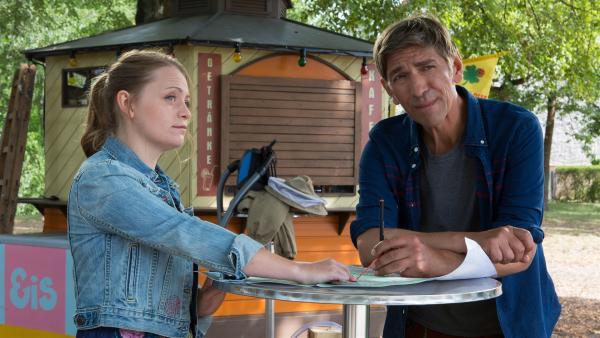 Fritz (Guido Hammesfahr) und Charlie (Géraldine Raths) schmieden Pläne, wie sie die Hornissen aus dem Büdchen wieder loswerden können. | Rechte: ZDF/Zia Ziarno
