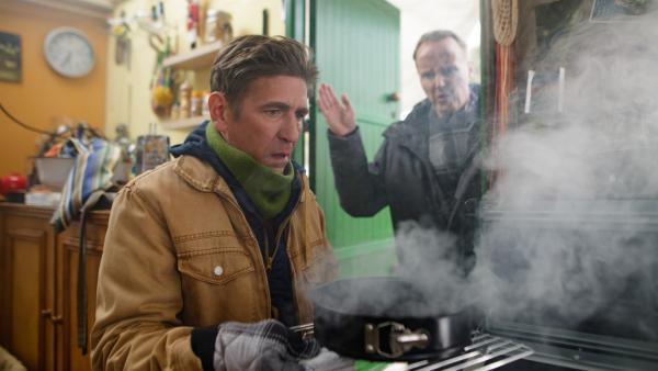 Fritz (Guido Hammesfahr. l.) hat den leckeren Apfelkuchen verbrennen lassen. Herr Kluthe (Holger Handtke, r.) glaubt, den Grund dafür zu kennen: Äpfel bringen Unglück. Stimmt das? | Rechte: ZDF/Andrea Hansen Fotografie
