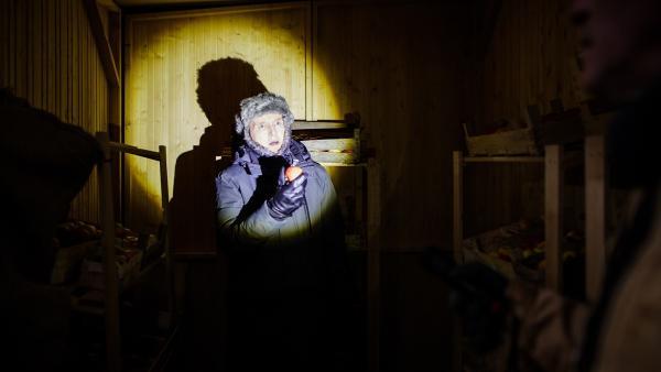 Was treibt denn Herr Kluthe (Holger Handtke) mit den Äpfeln in Fritz' Schuppen - mitten in der Nacht? | Rechte: ZDF/Andrea Hansen Fotografie
