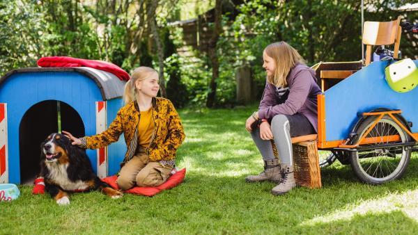 Leni (Luise Kretschmer, l.) weiht Toni (Heidi Tebroke, r.) in ihren Plan ein. Sind die beiden tatsächlich als Babys vertauscht worden?   Rechte: ZDF/Andrea Hansen Fotografie
