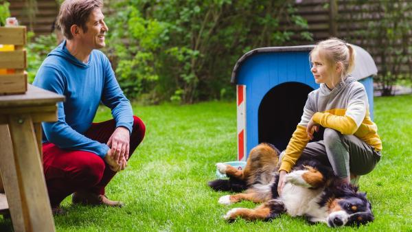 Leni (Luise Kretschmer) möchte von Fritz, ihrem Onkel (Guido Hammesfahr), wissen, wieso sie sich manchmal so fremd in der eigenen Familie fühlt.   Rechte: ZDF/Andrea Hansen Fotografie