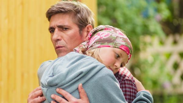 Toni (Heidi Tebroke) ist davon überzeugt, dass sie in Fritz Fuchs (Guido Hammesfahr) ihren unbekannten Vater gefunden hat.   Rechte: ZDF/Andrea Hansen Fotografie