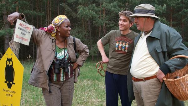 Fritz Fuchs (Guido Hammesfahr) und Nachbar Paschulke (Helmut Krauss) treffen am Waldrand auf die Kryptozoologin Dr. Dina Fooley (Robin Gooch). | Rechte: ZDF/Christiane Pausch
