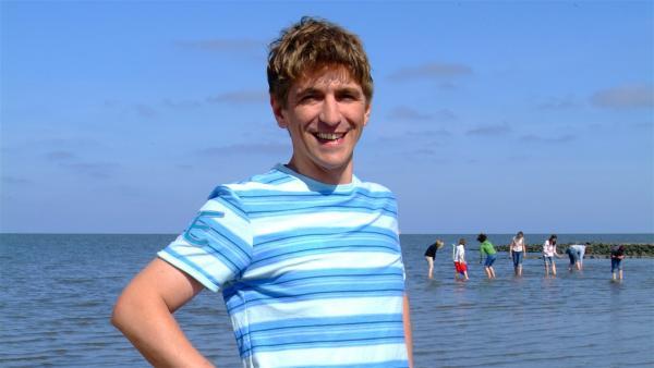 Fritz Fuchs (Guido Hammesfahr) macht Ferien an der Nordsee. Er ahnt nicht, dass er seinen Urlaub bald in der feucht-fröhlichen Gesellschaft von Heulern, Kegelrobben und einem alten Seebär verbringen wird. | Rechte: ZDF/Christiane Pausch