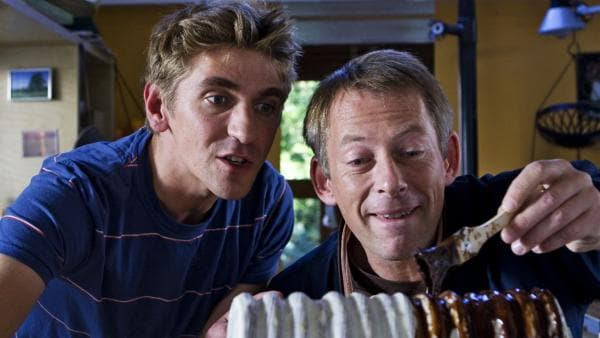 Schicht für Schicht: Fritz Fuchs (Guido Hammesfahr, l.) zeigt Till (Johannes Hitzblech) wie man einen Baumkuchen macht. | Rechte: ZDF/Antje Dittmann