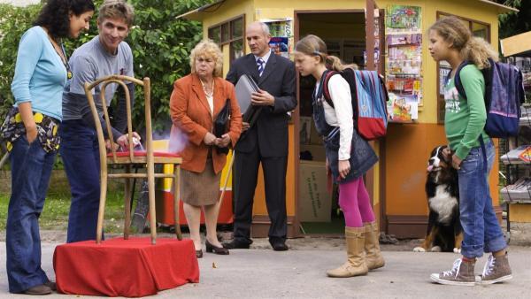 Fritz (Guido Hammesfahr, 2.v.li.) rückt Kaugummiflecken mit Eisspray zu Leibe.Yasemin (Sanam Afrashteh, li.) ist begeistert. Direktorin Moltzahn (Dagmar Biener, Mi.li.), Herr Malz (Klaus Schindler, Mi.r.), Lilly (Sophie Karbjinski, 2.v.r.) und Elsa (Malina Schreiber, re.) sind skeptisch. | Rechte: ZDF/Antje Dittmann