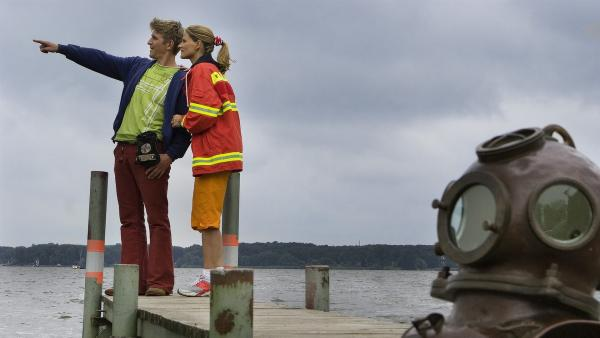 Fritz Fuchs (Guido Hammesfahr) zeigt der Badeaufsicht (Susann Uplegger) am See, an welcher Stelle er einen längst vergessenen Schatz vermutet. | Rechte: ZDF/Antje Dittmann