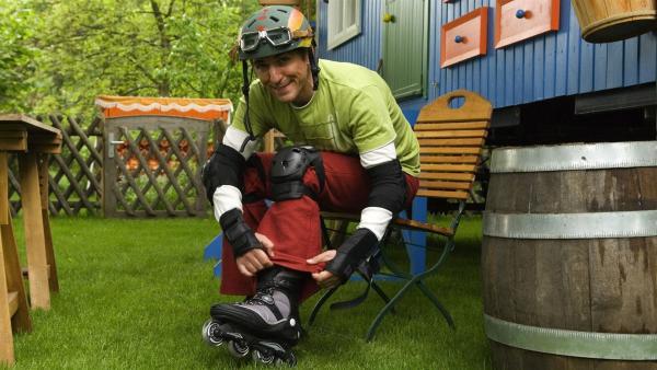 Ab geht's. Fritz Fuchs (Guido Hammesfahr) will seine neuen Inline Skates ausprobieren. | Rechte: ZDF/Thomas Bergmann