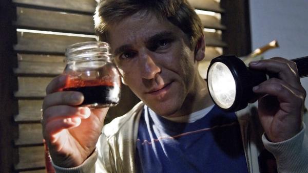 Ist das etwa echtes Blut? Fritz Fuchs (Guido Hammesfahr) ist einem Geheimnis auf der Spur.   Rechte: ZDF/Thomas Bergmann