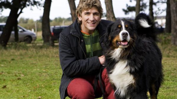 Fritz Fuchs (Guido Hammesfahr) mit Hund Keks. | Rechte: ZDF/Antje Dittmann
