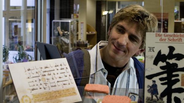 In der Bibliothek taucht Fritz Fuchs (Guido Hammesfahr) tief in die Geschichte des Buchdrucks ein. | Rechte: ZDF/Antje Dittmann
