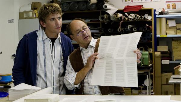 Beim Buchbinder (Uwe Karpa) erfährt Fritz Fuchs (Guido Hammesfahr), wie aus einem großen Bogen Papier die Seiten eines Buches entstehen. | Rechte: ZDF/Antje Dittmann