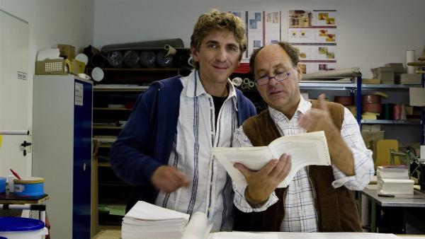 Der Buchbinder (Uwe Karpa) zeigt Fritz Fuchs (Guido Hammesfahr), dass er sein Fach versteht. | Rechte: ZDF/Antje Dittmann
