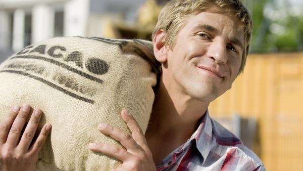 Fritz Fuchs (Guido Hammesfahr) mit einem Sack echter Kakaobohnen. Nur wie macht man daraus Schokolade? | Rechte: ZDF/Antje Dittmann