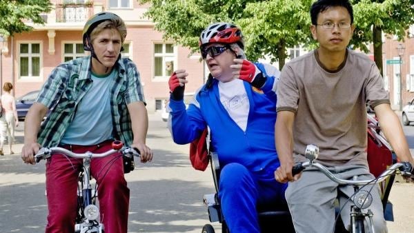 Fritz (Guido Hammesfahr) trifft Nachbar Paschulke (Helmut Krauss) zufällig in der Stadt. Wurde sein Fahrrad tatsächlich gestohlen? | Rechte: ZDF/Antje Dittmann