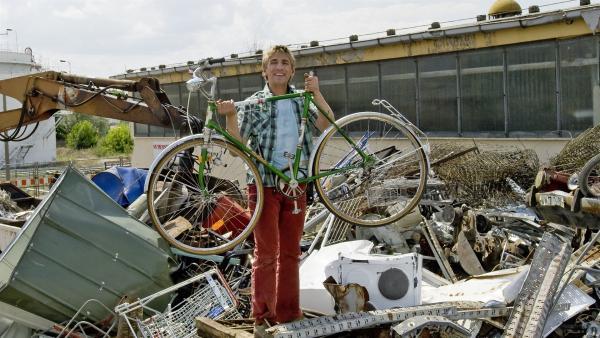 Gefunden! Fritz (Guido Hammesfahr) freut sich, der Rahmen des alten Paschulke Rades ist noch ganz. | Rechte: ZDF/Antje Dittmann