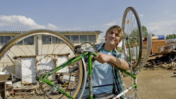 Selbst ist der Fritz (Guido Hammesfahr)! Schnell baut er das kaputte Paschulke Rad wieder zusammen. | Rechte: ZDF/Antje Dittmann