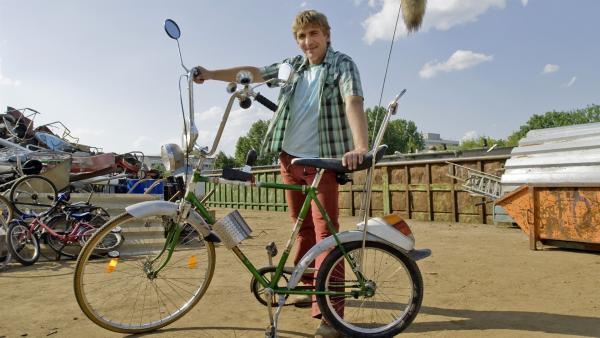 Fritz (Guido Hammesfahr) ist stolz auf das neu-alte, umgebaute Paschulke Fahrrad. | Rechte: ZDF/Antje Dittmann