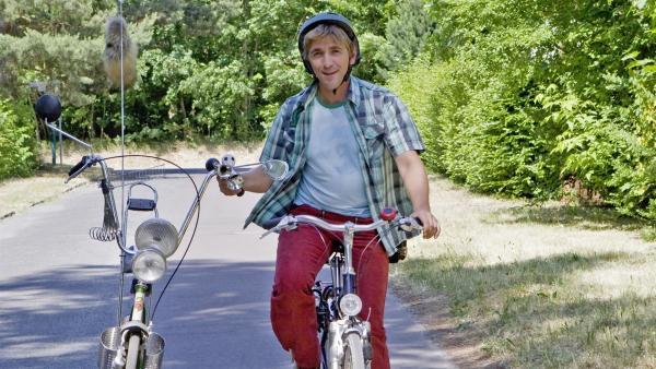 Aus alt mach neu. Fritz (Guido Hammesfahr) mit dem umgebauten Rad des Nachbarn. | Rechte: ZDF/Antje Dittmann