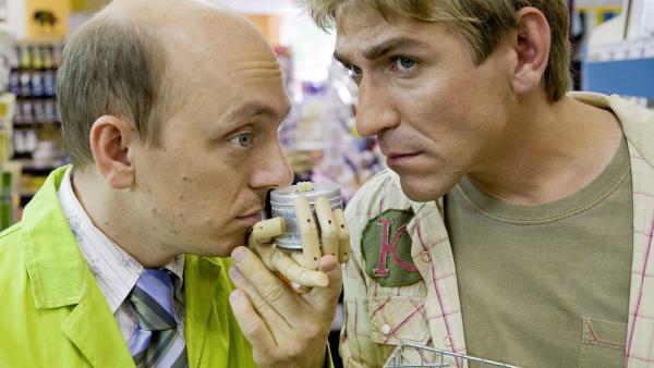 Fritz (Guido Hammesfahr) sucht einen Spezialkleber. Kann Ulli (Bernhard Hoäcker) helfen? | Rechte: ZDF/Fabian Maerz