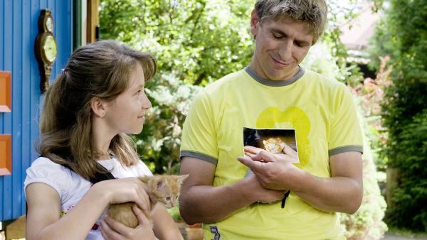 Lea (Emilia Holstein) hat ihr kleines Kätzchen wieder. Fritz Fuchs (Guido Hammesfahr) hatte es gefunden und gepflegt. | Rechte: ZDF/Antje Dittmann