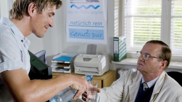 Fritz Fuchs (Guido Hammesfahr) lässt Herr Schlemme (Hans-Hermann Thielke) vom klaren Quellwasser kosten. | Rechte: ZDF/Antje Dittmann