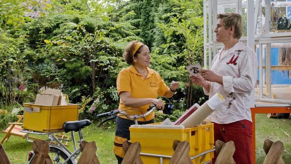 Post für Sie! Die Briefträgerin (Franziska Traub) überreicht Fritz (Guido Hammesfahr) die ersten Glückwünsche zum Geburtstag. | Rechte: ZDF/Antje Dittmann