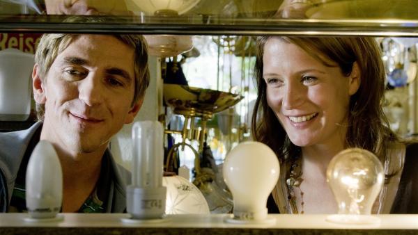 Fritz  Fuchs (Guido Hammesfahr) sucht bei der Lampenverkäuferin (Ann-Cathrin Sudhoff) die richtige Erleuchtung. | Rechte: ZDF/Antje Dittmann