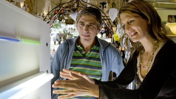 Die Lampenverkäuferin (Ann-Cathrin Sudhoff) klärt Fritz (Guido Hammesfahr) begeistert über energiesparende Leuchtstoffröhren auf. | Rechte: ZDF/Antje Dittmann