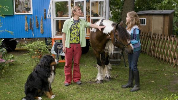 Pia (Sophie Karbjinski, re.) will ihr Pferd unbedingt bei Fritz Fuchs (Guido Hammesfahr) verstecken.   Rechte: ZDF/Antje Dittmann