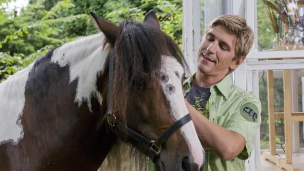 Die beiden scheinen schon dicke Freunde zu werden. Fritz Fuchs (Guido Hammesfahr) und der Tinker Lenny.   Rechte: ZDF/Antje Dittmann