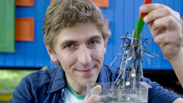 Kein Problem für Fritz Fuchs (Guido Hammesfahr). Mit einem Magneten hat er ruckzuck die Nägel eingesammelt. | Rechte: ZDF/Antje Dittmann