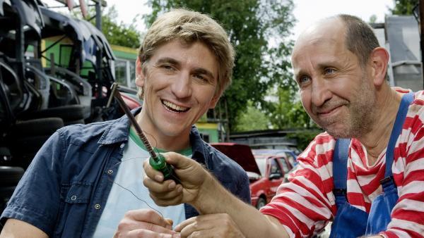 Fritz Fuchs (Guido Hammesfahr) und Mechaniker Stefan (Manfred Möck) freuen sich über den schnell konstruierten Elektromagneten.   Rechte: ZDF/Antje Dittmann