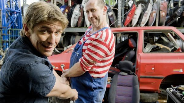 Fritz Fuchs (Guido Hammesfahr) und der Mechaniker Stefan (Manfred Möck) ziehen mit aller Kraft am Stark-Magneten - wenn das mal gut geht.   Rechte: ZDF/Antje Dittmann