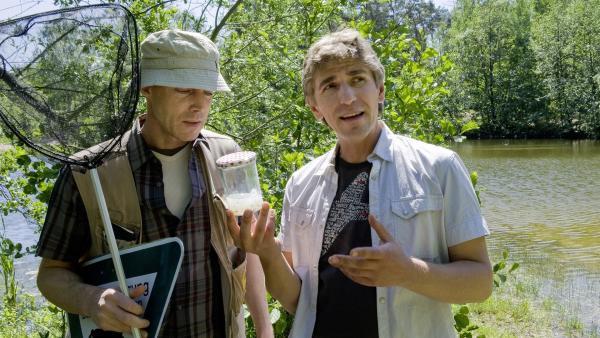 """Fritz Fuchs (Guido Hammesfahr) und der Naturschützer Carsten (Andreas Hofer) sind beide auf der Suche nach dem """"Prinz vom matschigen Tümpel"""".   Rechte: ZDF/Antje Dittmann"""