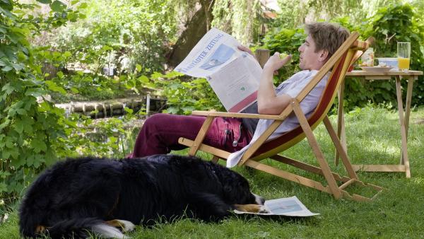 Kurze Lesepause für Fritz Fuchs (Guido Hammesfahr) und Hund Keks. | Rechte: ZDF/Antje Dittmann