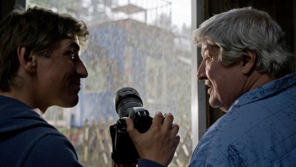Fritz Fuchs (Guido Hammesfahr, li.) und Nachbar Paschulke (Helmut Krauss) haben sich vor dem Unwetter in Sicherheit gebracht. Jetzt müssen sie nur och eins tun: den Blitz einfangen - mit der Kamera.   Rechte: ZDF/Antje Dittmann