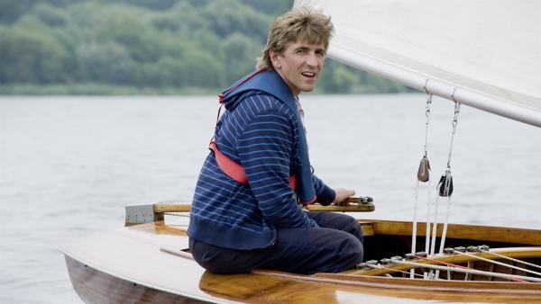 Wende, Halse, Kreuzen - Fritz (Guido Hammesfahr) erforscht, wie man mit dem Segelboot in fast jede Himmelsrichtung fahren kann, egal wie der Wind steht. | Rechte: ZDF/Antje Dittmann