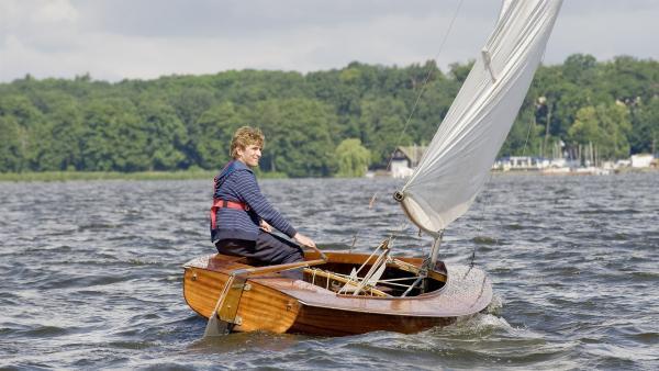 Endlich wieder auf dem Wasser, Fritz (Guido Hammesfahr) genießt seinen ersten Segeltörn nach langer Zeit. | Rechte: ZDF/Antje Dittmann