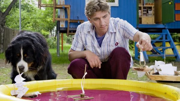 Welches Segel eignet sich am besten? Fritz (Guido Hammesfahr) und Keks experimentieren mit Modellschiffen. | Rechte: ZDF/Antje Dittmann