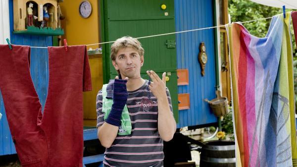 Fritz Fuchs (Guido Hammesfahr) kaputte Socke, ist die jetzt schon Müll? | Rechte: ZDF/Antje Dittmann
