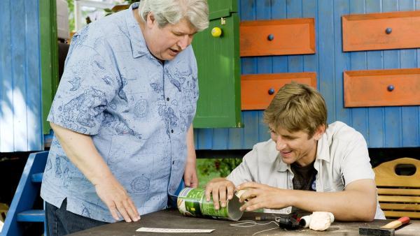 Fritz Fuchs (Guido Hammesfahr) zeigt Nachbar Paschulke (Helmut Krauss) wie man aus Abfällen noch Kreatives herstellt. | Rechte: ZDF/Antje Dittmann