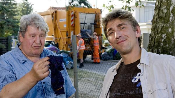 Die alte Socke ist das einzige, was noch an Müll übrig geblieben ist bei Fritz Fuchs (Guido Hammesfahr) und Herr Paschulke (Helmut Krauss). | Rechte: ZDF/Antje Dittmann