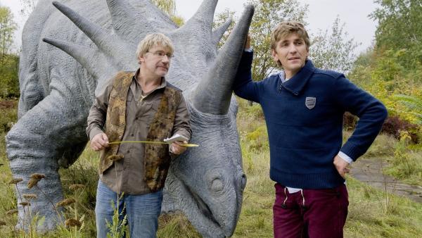 Im alten Dinopark suchen Fritz Fuchs (Guido Hammesfahr) und sein Freund Julius (Jörg Schüttauf) nach ungewöhnlichen Ausstellungsstücken.   Rechte: ZDF/Antje Dittmann
