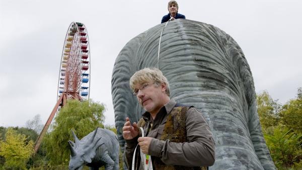 Im alten Vergnügungspark stoßen Fritz Fuchs (Guido Hammesfahr) und sein Freund Julius (Jörg Schüttauf) auf abenteuerliche Dinos.   Rechte: ZDF/Antje Dittmann