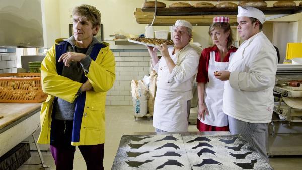 Diebstahl in der Bäckerei den Fall kann nur einer aufklären: Fritz Fuchs (Guido Hammesfahr; von li.: Roland Florstedt, Anna Stieblich, Julian Vinzenz) | Rechte: ZDF/Antje Dittmann